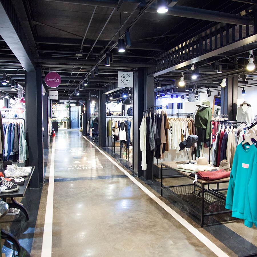 筆直的走道配上明亮的打燈和商場裡輕快有節奏感的音樂 在這裡購物也可以像在走伸展台