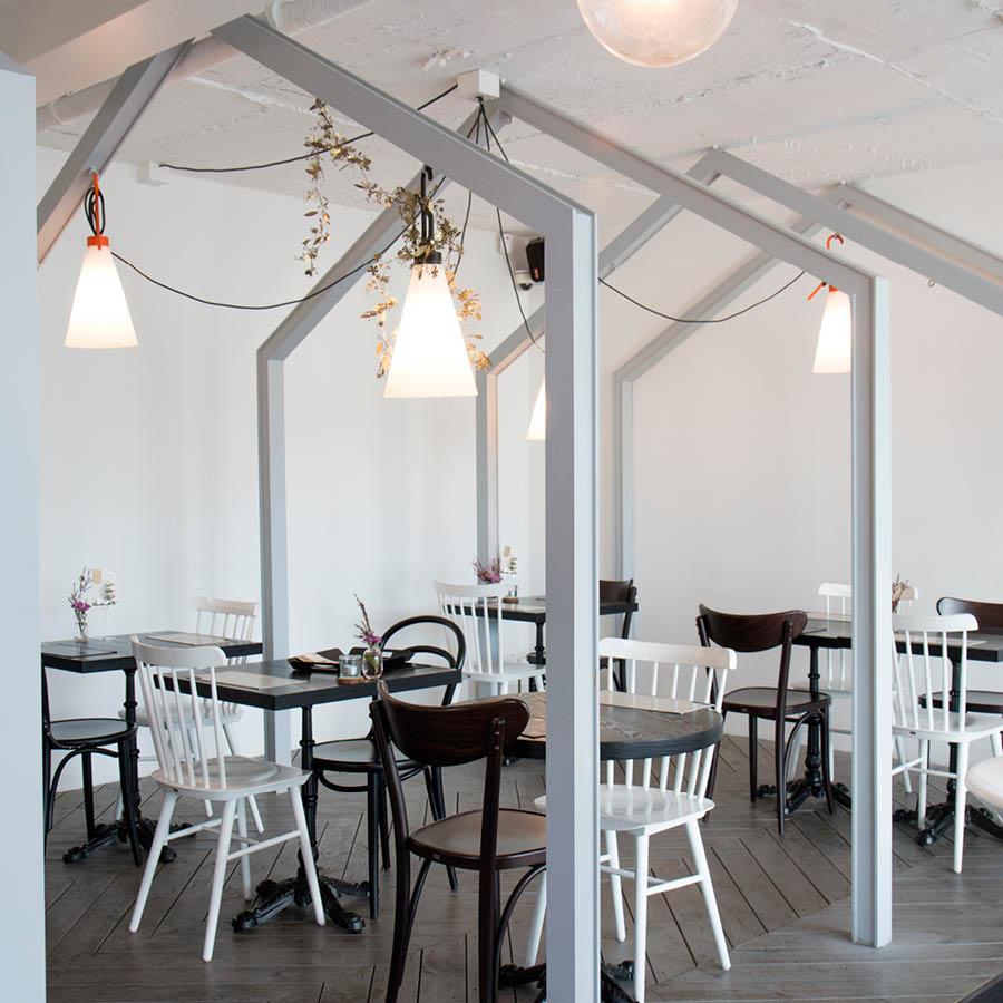 簡潔的北歐風情裝飾...掛在天花板上的紙質燈罩和乾花,讓整個店裡的氛圍自然清新...❀