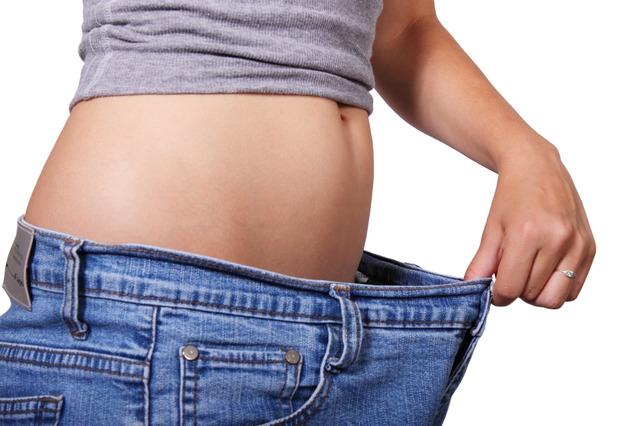 一週挑選兩天進行斷食,在輕斷食當天,女生攝取500卡,男生則是600卡。Dr. Mosley自己也嘗試這麼做之後,三個月內瘦了九公斤,且體脂肪也減少了8%左右喔!身體健康 了,整個人當然看起來也更年輕!
