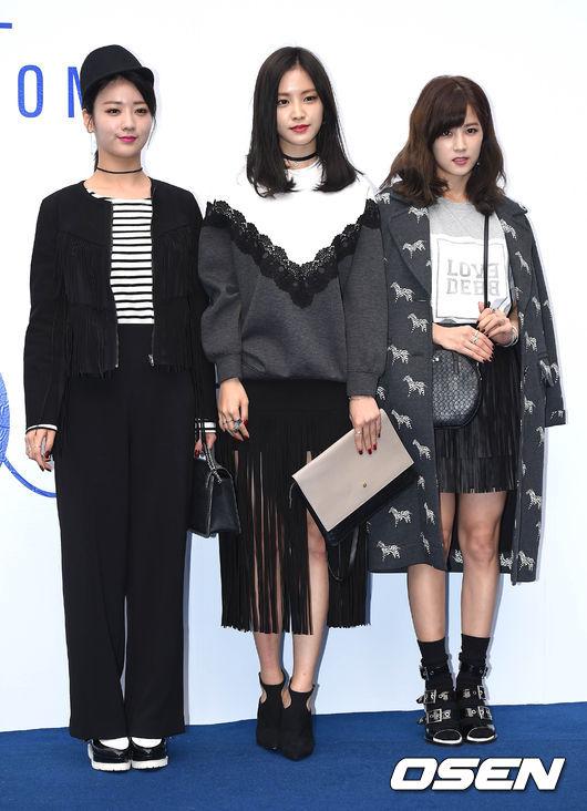 昨天在DDP舉辦的首爾時裝周,初瓏也披著大衣外套入場,但還是很可愛欸~三人都好美♥