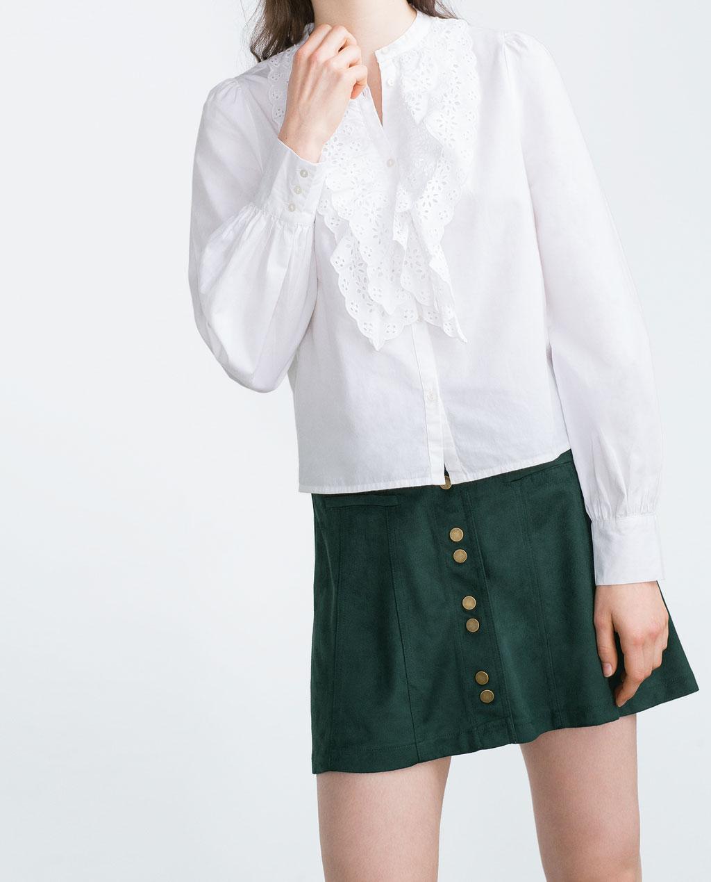 近看這件ZARA白襯衫,以多層次的蕾絲荷葉邊在胸口作為設計重點,搭配圓領設計看起來不那麼華麗,如此一來,不論是想要搭配褲裝或是短裙都很百搭喔!