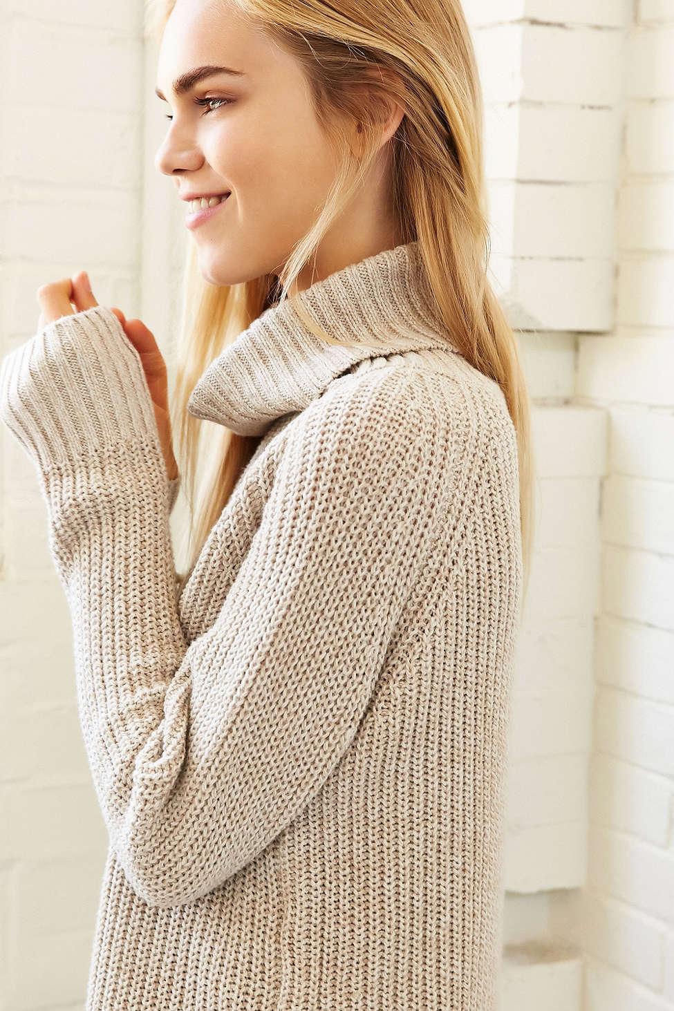 寬版高領毛衣是今年秋冬基本款,比起過往的高領上衣,寬領的設計較舒適,且無論下身搭配寬褲或是窄裙都能呈現出線條感。