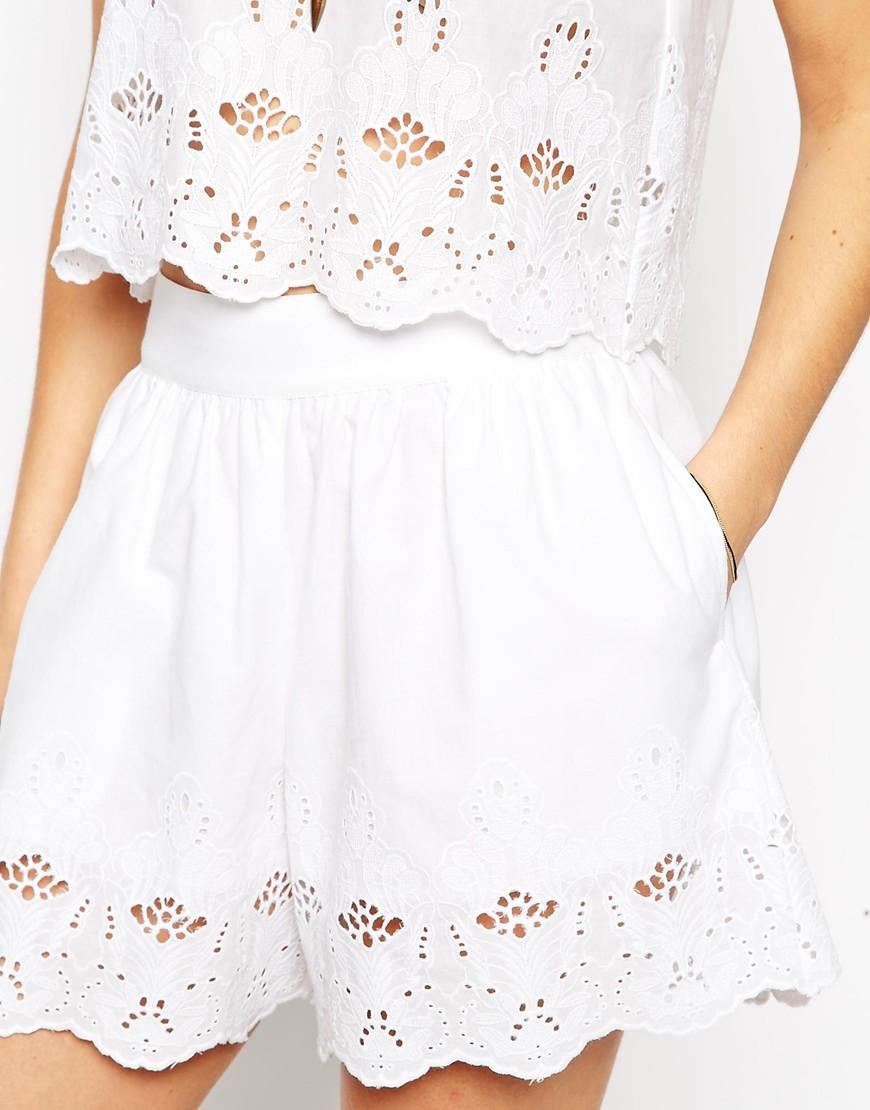 波浪洞洞設計的寬版高腰短褲看起來會不會太夏天?其實不會!整體搭起來才能顯得大腿的纖細,選擇白色也有種浪漫的感覺。