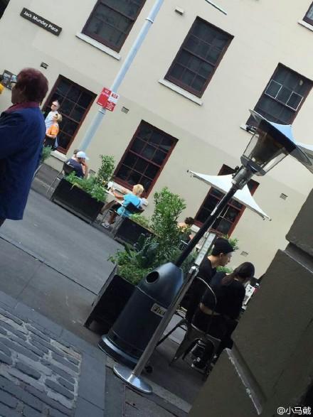 但是畢竟人紅到哪都有人認出,就有別的鄉民拍到這張坐在露天咖啡廳的照片