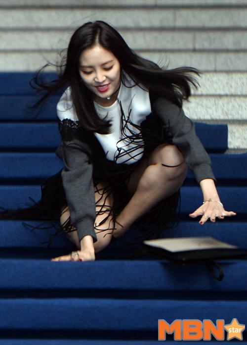 雖然她趕緊往前扶住以免滾下階梯....