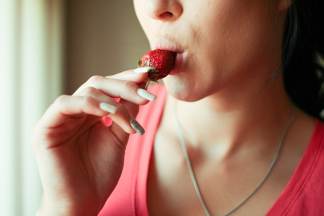 4. 讓唇色不再黯淡的方法是,改善血液循環,做好防曬,多喝水,以及攝取含有維他命C的食物,或是使用含有美白精華的唇部保養品。