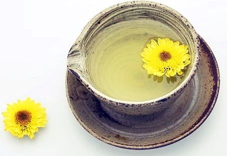 #7 菊花茶 眾所周知菊花茶對於預防感冒非常有益,因為菊花中含有的維生素C可以提高免疫力。