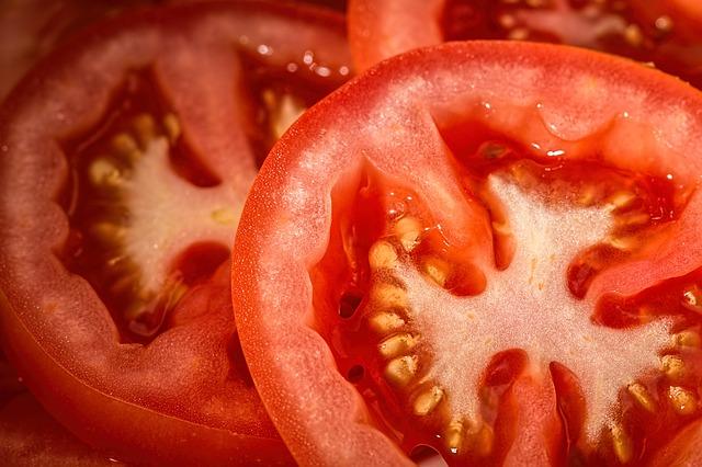 如果家裡有番茄的話,也可以做番茄貼膜... 把番茄切成兩半,撒一點點鹽,包裹在腳后跟上就可以了!番茄中的AHA 成分對於去除腳後跟的角質效果不錯!