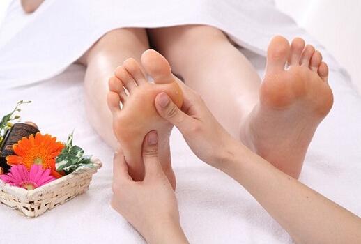 但是....即使這樣做了腳部管理,如果常外出走動的話,腳還是會像往常一樣變得醜醜的~如果外出後,清洗腳部,從下往上反復按摩整隻腳,5分鐘...鬆弛腳部肌肉...