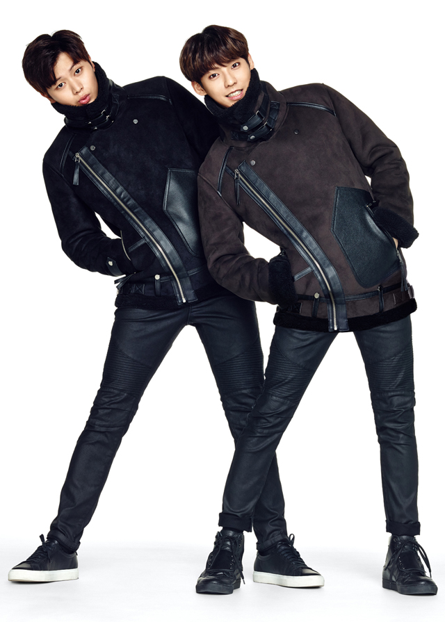 TBJnearby將秋冬時尚不可少的皮衣與麂皮做了混搭的MIX設計,星材與旼赫搞怪的樣子,是不是很可愛~
