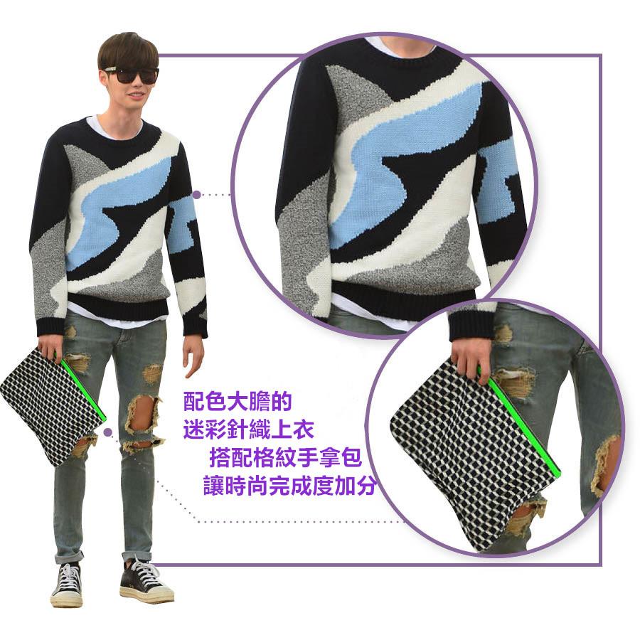 配色大膽的迷彩針織衫配上刷破牛仔褲展現華麗的風格 這件上衣因李鍾碩的加持捲起旋風 甚至還曾一度斷貨!