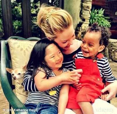 雖然領養已經過了6年,她對女兒們的愛遠遠不輸世界上的任何父母