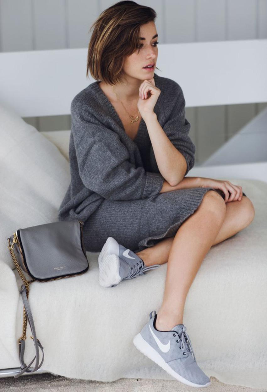 上衣和鞋子運用同一色階的灰色搭配看起來協調 也給人一種舒服且有型的印象
