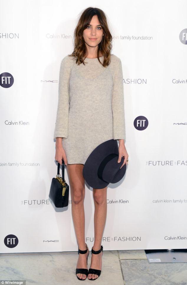 穿搭風格備受時尚人士肯定的 Alexa chung 利用帽子、手拿包等飾品讓造型不單調