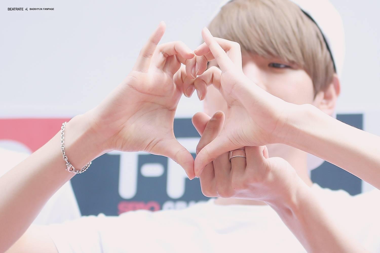像這樣比愛心是不是超厲害的 '.ㅅ')/ ♥