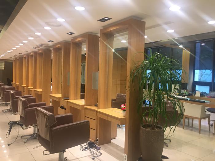 早上10點到達髮廊後,先弄好自己的髮型,準備開始迎接客人。