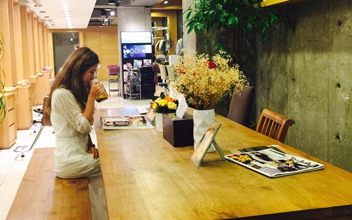 因為洪頌伊工作的髮廊是只接受預約客人的,所以空閒的時候也會自己一邊喝茶一邊看看時尚雜誌,想想今天做過的髮型。(清潭洞很多有名的髮廊是只接受預約客人的)