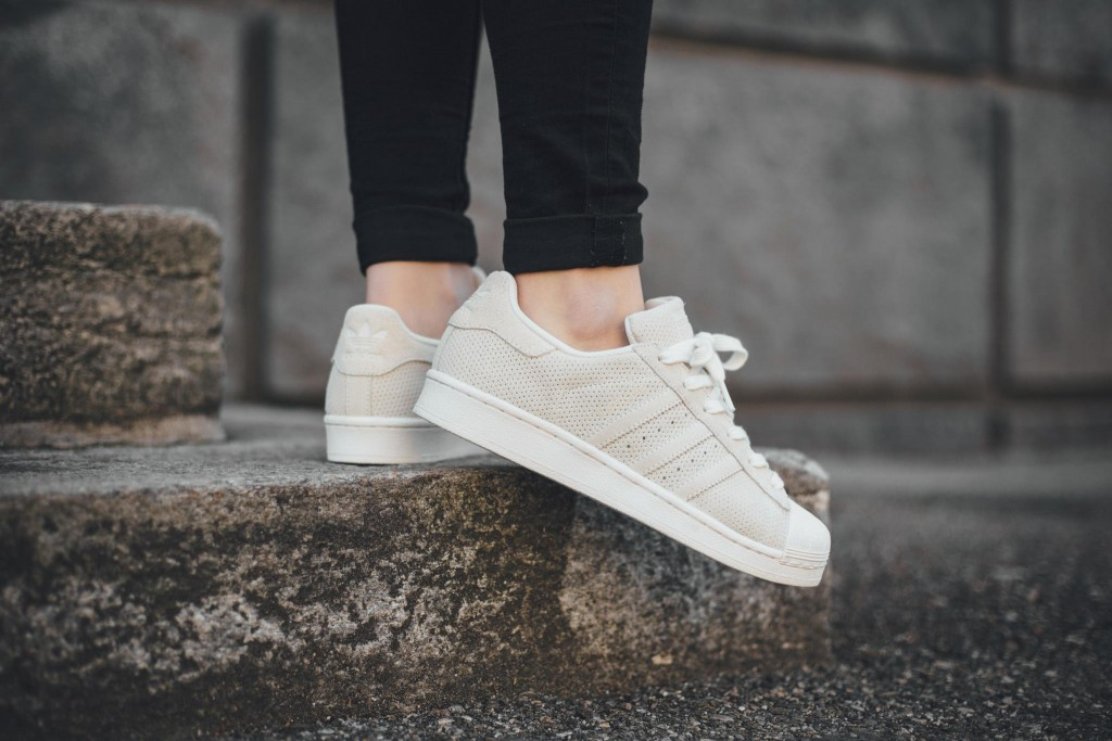 最後介紹的是Adidas Original 所推出的新鞋,今年是Superstar年,多位設計師替此系列做了很多突破,而Triple Core White就是這個秋季的完成作品。雖然米色的設計簡單,但在深色與亮色的運動鞋世界中,令人眼睛為之一亮,目前可以在titolo網站找到它!