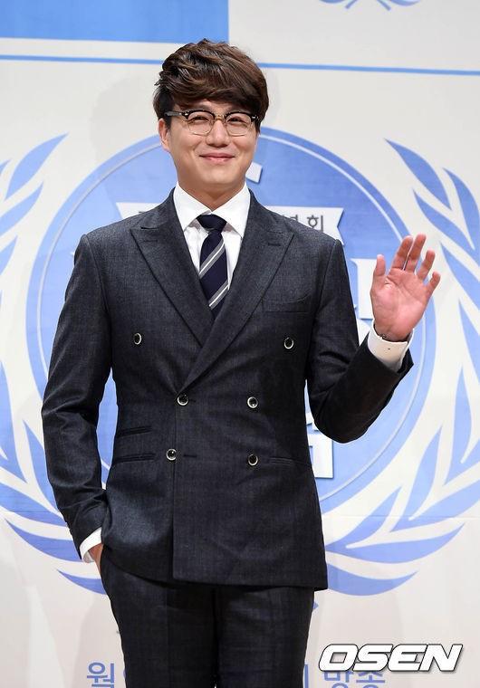 而且雖然旗下藝人不多 但各個實力派 首先是韓國的情歌王子擁有溫柔嗓音  最近也跨足主持的成始璄