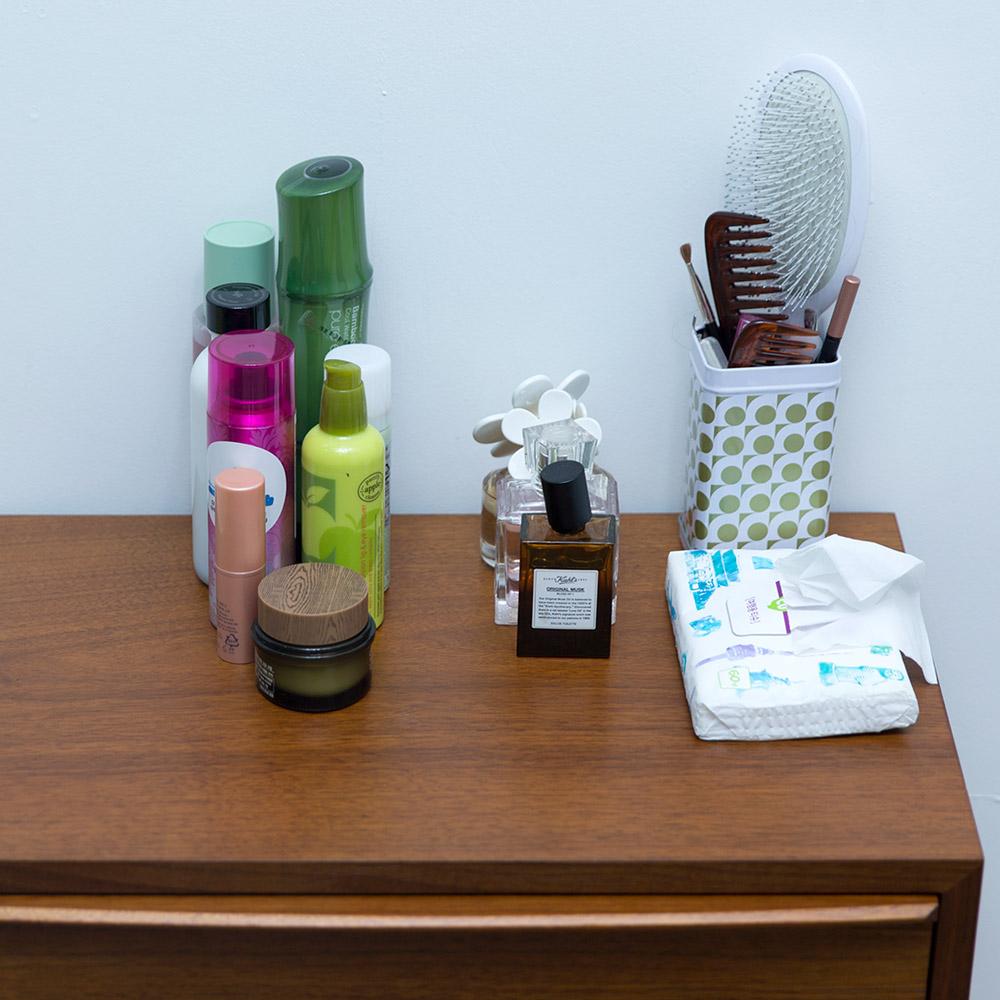 把體積大、很難放進籃子裡的基礎化妝品類、香水類、梳子或刷子等,分類放在化妝台上....到現在為止,基本上就完成一大半了哦!