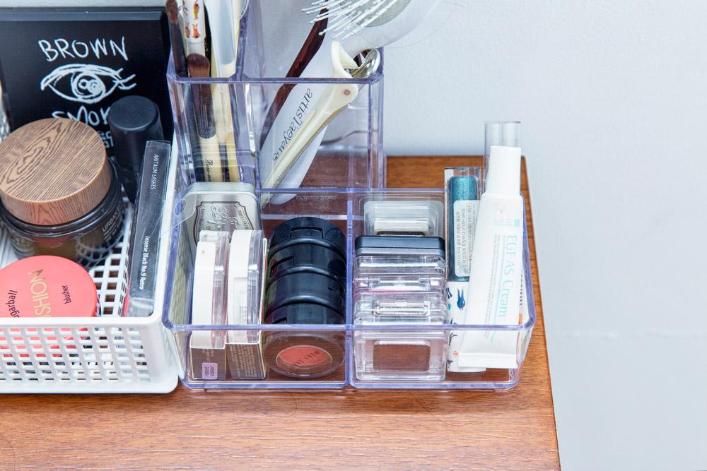 選用這種透明或鏤空的收納盒,可以很方便地確認化妝品的位置...像眼影這樣的扁平盒子,豎放的話,可以提高空間利用率!
