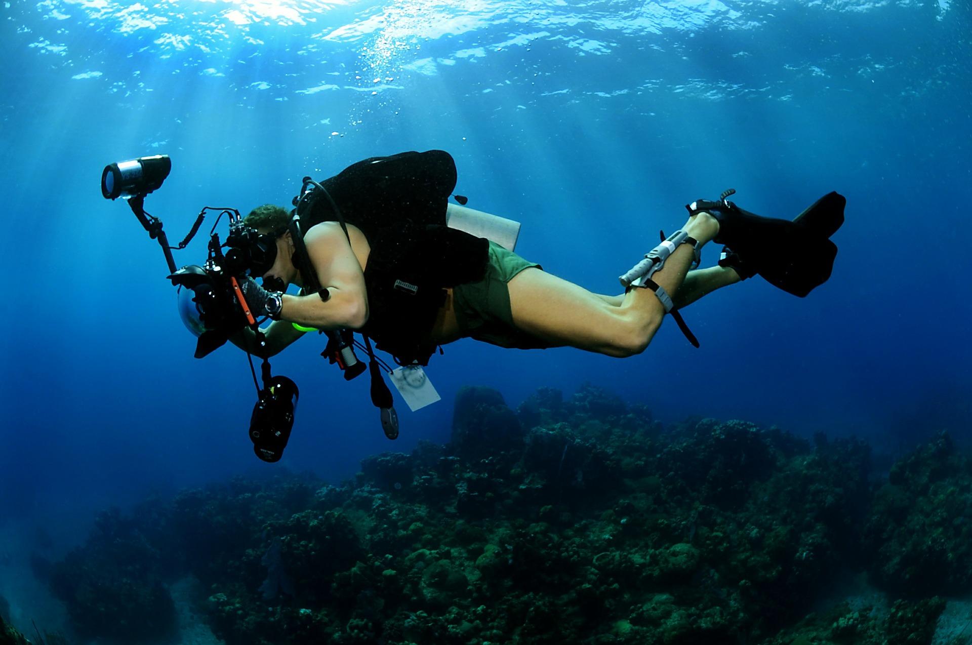 1.保護相機 雖然拍出美照很重要 但別忘了關心我們的小夥伴相機的安全 戴上防水的外殼或是簡單的透明塑膠袋都能有效防止進水喔~