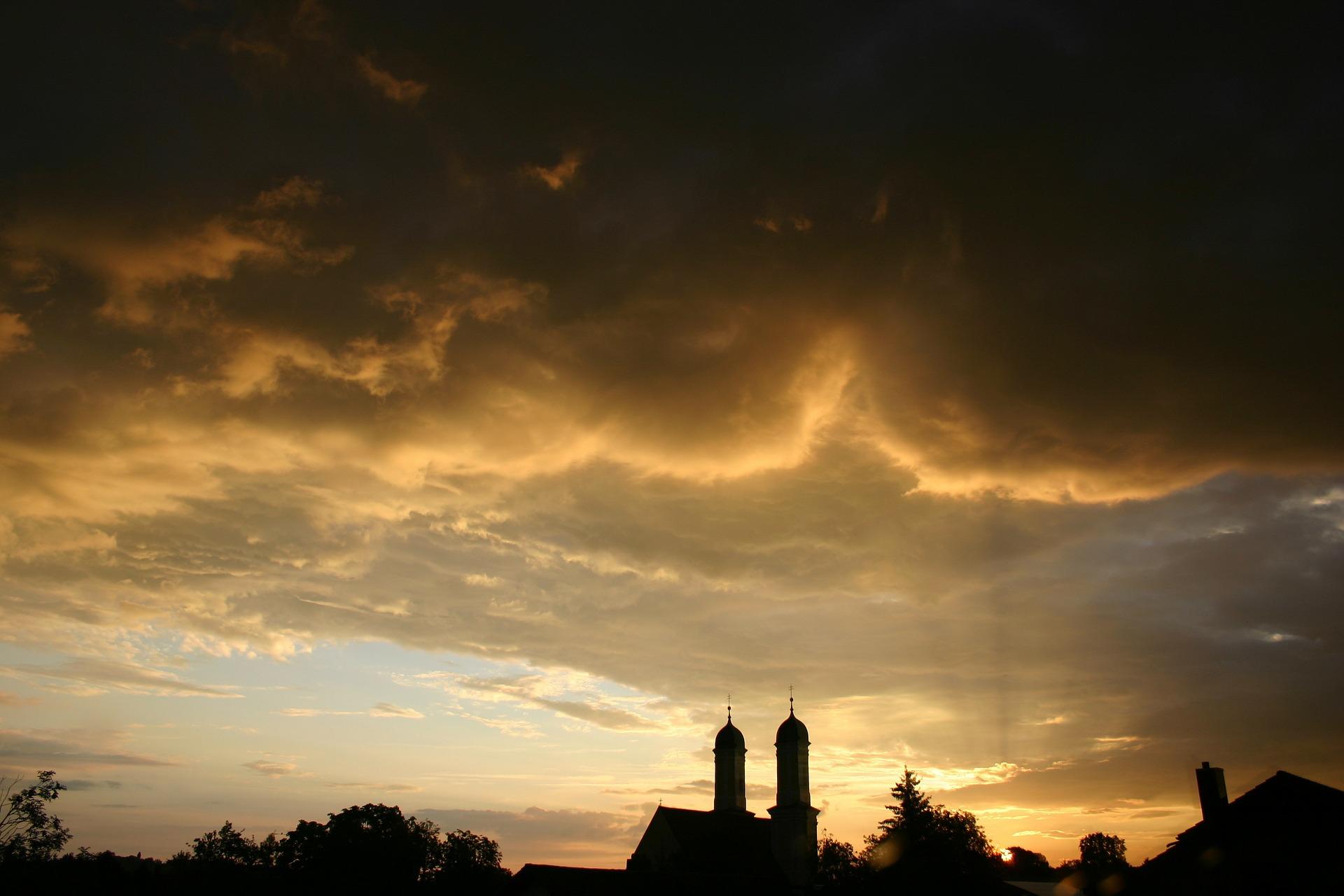 2. 雖然下雨讓人覺得濕答答的 但雨天前出現的滿天雲朵可是會讓你的照片質感大加分 雨天前夕 捕捉天邊樣子多變的雲朵絕對讓你的照片變出不同樂趣