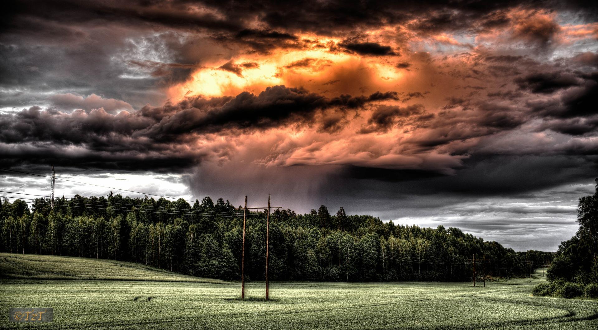 特別是天空雲層消散露出天空部份時 千萬不要猶豫拿出你的相機 即使是手機也能拍出敬人的效果
