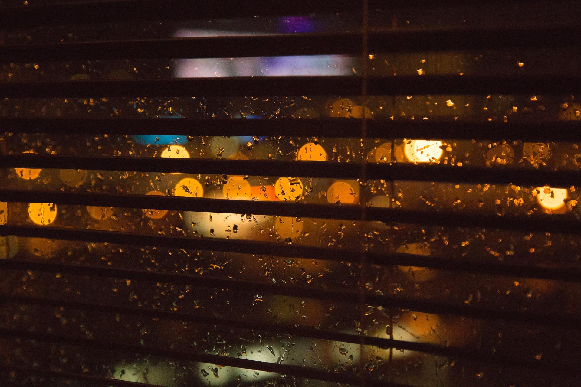 4. 將快門的速度放慢或是利用逆光線 捕捉窗上的雨滴與光線共舞的瞬間