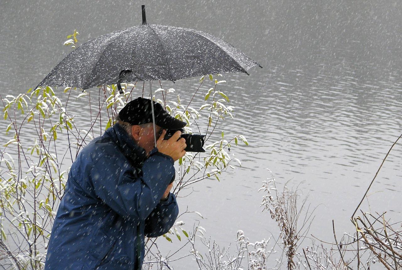 在傘下拿起相機 略略的讓傘沿出現在鏡頭 也是個有創意的視角!