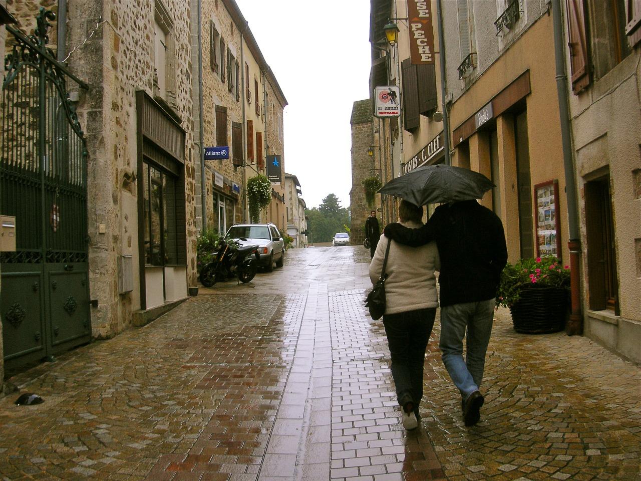 8. 感受雨天吧! 在雨天只有兩種人 感受下雨的人 和淋濕的人 既然前方也下著雨 不如放慢腳步欣賞身邊的風光