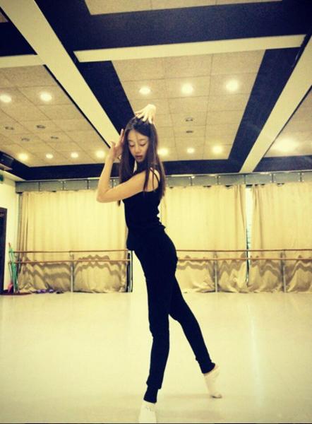 除此之外,歐妮還練習現代舞.... (姿勢很標準耶☆)