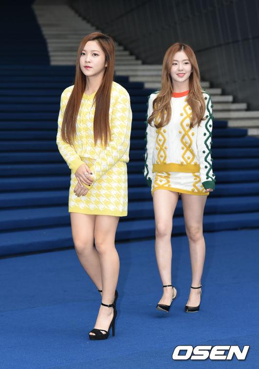 師妹團Red Velvet的Yeri與Irene以亮色系的幾何圖騰套裝作為造型重點,仔細一看,兩人還穿了類似的鞋款呢!