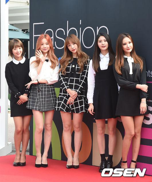 EXID總動員,也是以黑白作為團體造型的重點,與Apink不同的是,EXID主打小圓領、格紋、背心裙等校園風濃厚的風格。