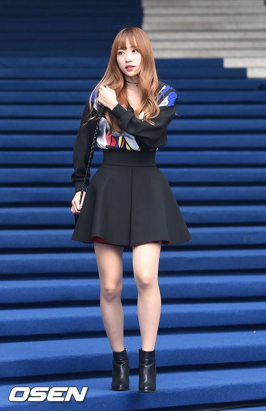 哈妮在不同秀上,以太空棉材質的澎裙搭配V領衛衣,上下寬鬆的造型可以修飾腰身線條喔!