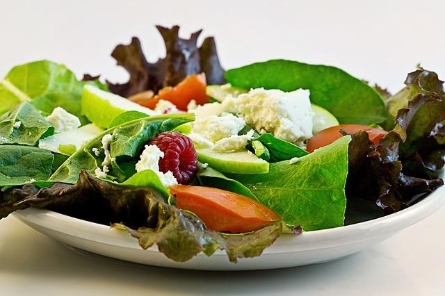 多吃蔬菜沙拉是好事,不過若是為了抑制食慾,只吃生食的話,很容易引起細菌感染,以及腸胃潰瘍,反而得不償失喔!
