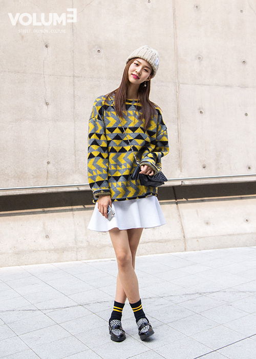 在各種高調的造型中,這種更像是街拍風造型反而更突出了呢~也是最接近韓妞日常裝扮的style~話說皮鞋裡穿襪子已經被韓妞深入骨髓了!是韓妞近幾年大愛的搭配。