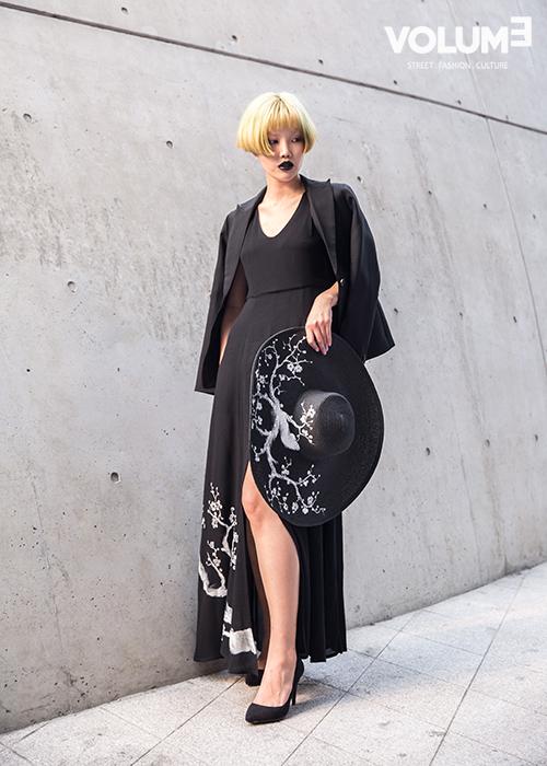 帽子跟裙子的圖案都一樣~好用心的設計,讓一身黑的LOOK看起來也文藝范了呢