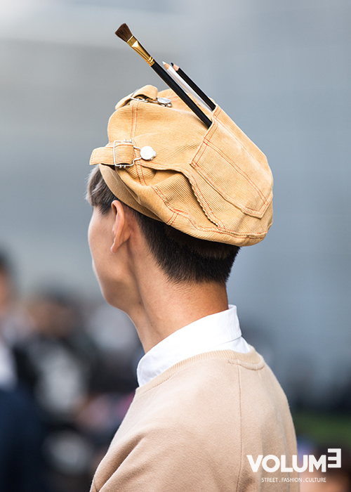 不好意思~小編只拍了側影,因為真的是被這個獨特的帽子吸引住了,時尚就是不走尋常路嗎?