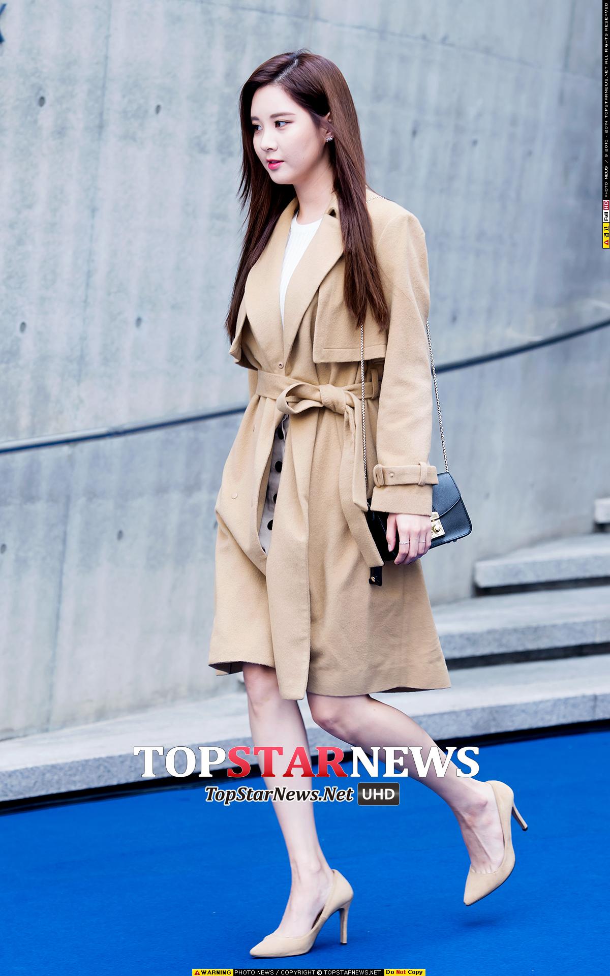 今年的首爾時裝周,少女時代徐玄就是以一雙米色尖嘴高跟搭配同色系的大衣,撲面而來的強大氣場。