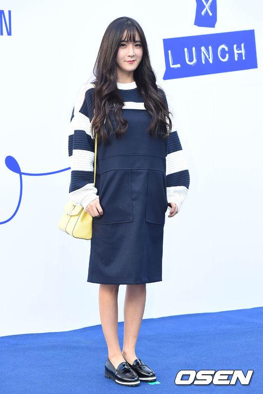 Rainbow的賢榮在今年的首爾時裝周就選了一雙樂福鞋,搭配她可愛的吊帶裙,清爽的少女風就出來了。