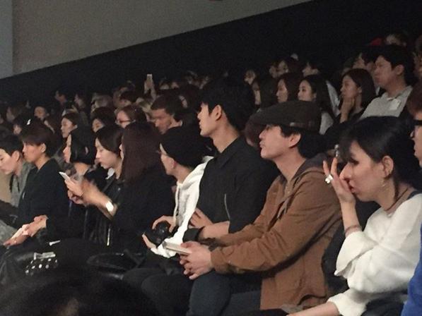 在秀場的觀眾席裡連坐著身高都特別突出的人 就是今天的另外一位主角 是韓國網友們的私房天菜~江熙!
