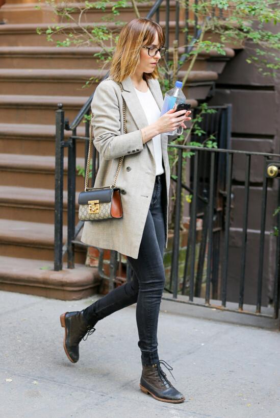 5.布洛克鞋 時尚的尖頭設計,搭配西服、牛仔褲,盡顯女性幹練氣質。