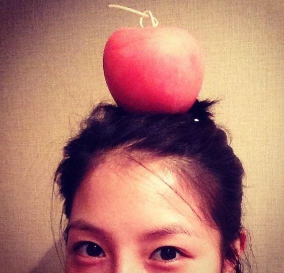沒錯…就是像這樣只露出眼睛的拍法 (BOA這樣這樣頂一顆蘋果已經算是花心思的了~)