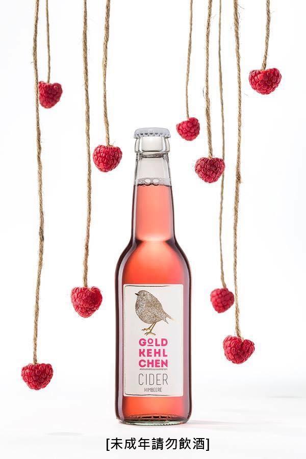 金嗓鳥兒由3~4顆蘋果鮮釀後,並加入新鮮覆盆莓果汁,甜甜的感覺裡有莓果的微酸,可以品嘗水果自然的甜味!