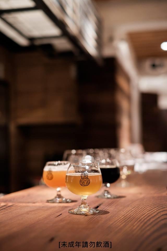 【啜飲室】 啜飲室自2014年開始營業,是個結合藝術與異國手工啤酒的空間,欣賞藝術時也可以接觸到來自全球各地的手工啤酒,適合下班後想要小酌的朋友們! *詳細資訊請點擊來源出處