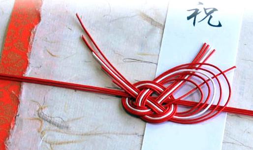 「水引」繩結(mizuhiki knot)是日本的一種傳統繩結藝術,多半出現在婚喪喜慶時的信封袋上,不同顏色、形狀、質感都有著不同的含意。