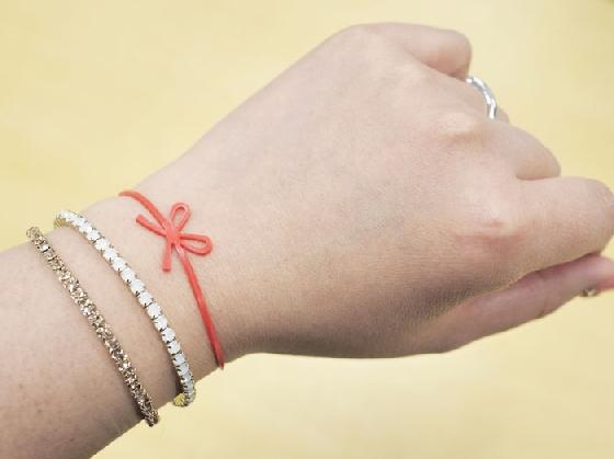 當然手腕夠纖細的話,也可以當作手環XD!  在日本少女間引起一陣旋風的繩結橡皮筋,妞妞們也被燒到了嗎?