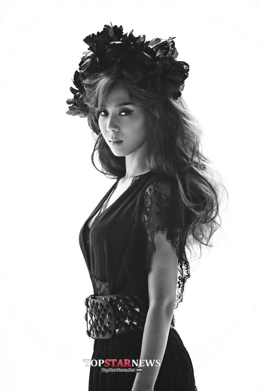 【T】윤미래,有人翻譯成尹未來,也有人說是尹美萊,她的英文單名就只有T,她不但是原聲帶(OST)女王,在女rapper界可以說是第一把交椅