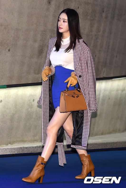 演員洪秀兒則是以千鳥紋的風衣外套登場首爾時裝週,巧新搭配的皮件看來氣勢強大。